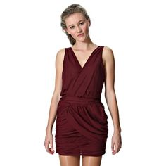 Váy Dry Lake bọc viền xung quanh. Xếp nếp ở thân sau. Khóa ở 1 bên sườn. Cắt sâu ở mặt trước và sau. Chiều dài là 82 cm cho cỡ nhỏ. Chất liệu là 100% polyester. Kiểu: DL-018 Coco