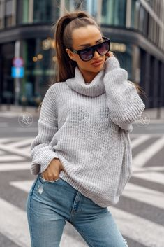 Dámsky pletený oversize sveter s rolákom v morskej modrej farbe. Striped Cardigan, Baby Sweaters, Celtic Knot, Anthropologie, Turtle Neck, Christmas Patterns, This Or That Questions, Knitting, Crochet