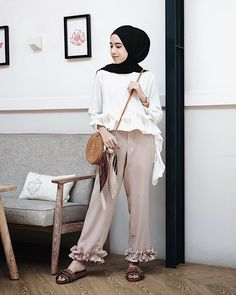 New style hijab casual hitam putih 39 ideas Modern Hijab Fashion, Hijab Fashion Inspiration, Muslim Fashion, Modest Fashion, Girl Fashion, Fashion Outfits, Fashion Art, Casual Hijab Outfit, Ootd Hijab