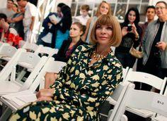 Com décadas (séculos?) de dominação fashionística, a revista Vogue precisou encontrar maneiras de ainda surpreender no mundo da moda, agora – muito – ditado pela internet, seus blogs, redes sociais e afins. E uma coisa é fato, eles estão fazendo direitinho! Pra quem nunca viu, o site da revista faz uma série de videos engraçadinhos (e …