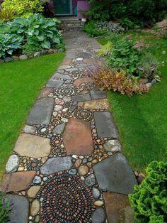allées de jardin, allée mosaique et pelouse verte dans le jardin