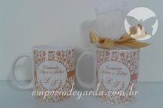 Canecas de porcelana personalizadas embaladas em saco de tule com renda.
