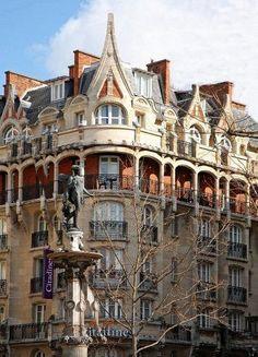Immeuble (1909) 8, rue de Richelieu Paris 75001 Architecte : Constant Lemaire. Construit à l'origine pour être un hôtel de voyageurs « le Royal Palace Hôtel ». Son style est inspiré d'immeubles Art Nouveau assez courants à Nancy avec son influence gothique.Un large balcon cours le long du 1er étage.