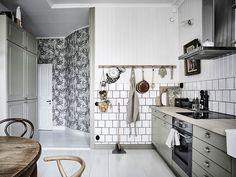 The muted gray scale mixed with black and white wallpaper and vintage cafe chairs and table is design genius. Image via entrancemakleri. Scandinavian Interior Design, Scandinavian Home, Decor Interior Design, Interior Decorating, Interior Colors, Design Interiors, White Wallpaper, Cafe Chairs, Cuisines Design