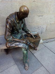 Hombre leyendo un periódico. Plaza de la Paja. Madrid.