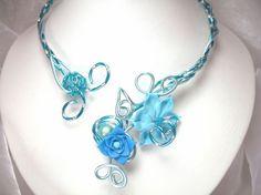 Bleu douceur    Ce collier est réalisé en fils dalu et se pare de fleurs en porcelaine froide façonnées à la main et de perles magiques.  Couleur : Bleu