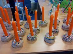 Kandelaar van klei en gesmolten strijkkraal Perler Beads, Birthday Candles, Christmas Crafts, December, Classroom, Kids, Hama, Noel, Handmade Christmas Crafts