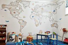 Kinderzimmer einrichten-Weltkarte als Wanddeko-blauer Teppichboden mit Streifen