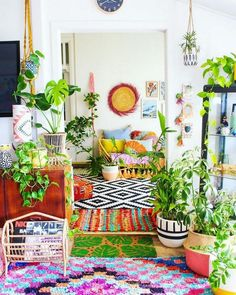 Looking for totally unique but stunning bright boho style? This living room is m Bohemian House Decor Boho bright Living Room STUNNING Style Totally Unique Bohemian House, Bohemian Interior, Boho Houses, Boho Life, Boho Living Room, Bohemian Living, Bright Living Room Decor, Modern Bohemian, Living Rooms