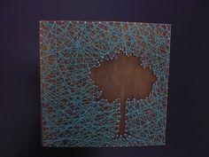 tableau bois arbre en négatif : planche bois lasurée avec fils tendus sur clous.