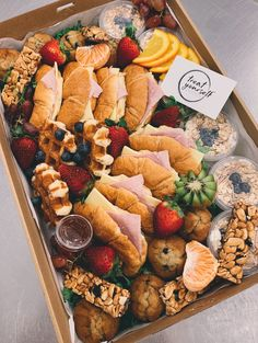 find out how to build your own brunsh & snacks with creative toppings for breakfast, brunch, and even brinner! Quick, fast and easy recipes ideas. Breakfast Picnic, Breakfast Platter, Breakfast Recipes, Breakfast Catering, Breakfast Fruit, Breakfast Buffet, Charcuterie Recipes, Charcuterie And Cheese Board, Comida Picnic