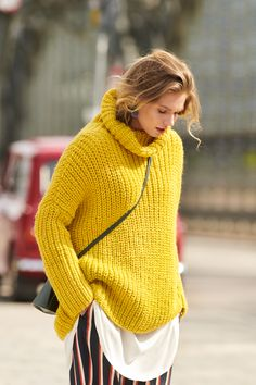 Strickanleitung: Gelber Rollkragenpullover im Oversized-Look Autumn is just around the corner and we are particularly looking forward to warm, oversized embroidered sweaters. And so you can easily knit your new favorite sweater yourself Knitting Blogs, Easy Knitting, Knitting Patterns, Knitting Sweaters, Oversize Look, Diy Mode, How To Start Knitting, String Bag, Wrap Sweater