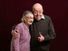 """Leontina (Lea) Poels (83) en Frederique (Fred) Flint (84)  Hoe oud waren jullie toen jullie elkaar leerden kennen? Fred: """"Dat weet ik niet. Hoe oud ben ik nu?"""" Lea: """"Hoe bedoel je, hoe oud ben je nu? Ben je vergeten hoe oud je bent?"""" Fred: """"Ik ben geboren in 1931, welk jaar zijn we nu?""""  We"""