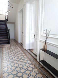 amazing home interiors Tiled Hallway, Hallway Ideas Entrance Narrow, House Entrance, Modern Hallway, Victorian House Interiors, Victorian Terrace House, Victorian Homes, Victorian Hallway, House Staircase