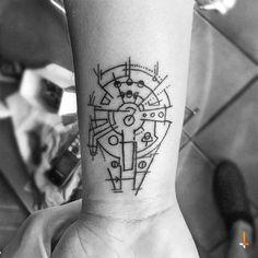 star wars tattoo ideas   eine tätowierung am handgelenk mit einem star wars raumschiff millenium falcon