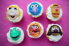 Estos cupcakes de vainilla de muppets son ideal para cualquier fiesta infantil o simplemente para consentir a los chiquitos. Decora los cupcakes con un delicioso betún de vainilla y con la ayuda de fondant crea los diferentes personajes de la película Muppets.