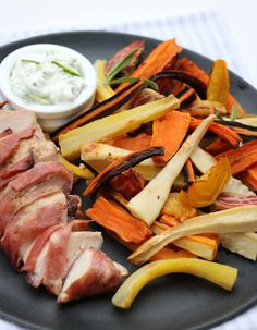 Baconsurra kyllingfilêt med ovnsbakte rotgrønnsaker og tzatziki - LINDASTUHAUG Healthy Recipes, Healthy Food, Dairy, Cheese, Tzatziki, Families, Healthy Foods, Healthy Eating Recipes, Healthy Eating