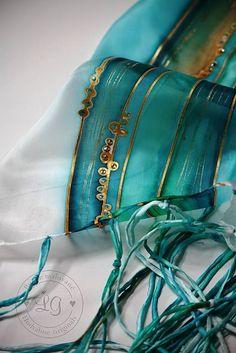 Ručne maľovaný hodvábny šál s našívanými strapcami z hodvábu a aplikovanými kryštálikmi Swarovski. Materiál : 100%hodváb, pongé 5 Farby sú stále pri praní i používaní a dodr...