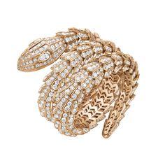 La joyería fina Serpenti pulsera de oro rosa engastado con dos brillantes diamantes talla pera (1,03 quilates) y diamantes pavé (49,52 quilates).