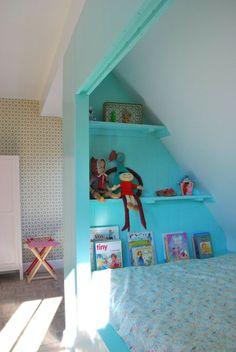 børneværelse-indbygget-hylde