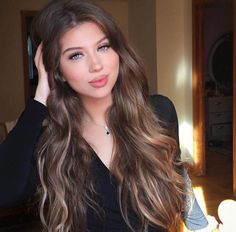 Top Trending Hair Colors For Pale Skin What an awesome brown balayage look Red Hair Looks, Blonde Hair Looks, Brunette Hair, Brown Hair Pale Skin, Dark Skin, Hair Color For Fair Skin, Brown Balayage, Balayage Hair, Hair Color Techniques