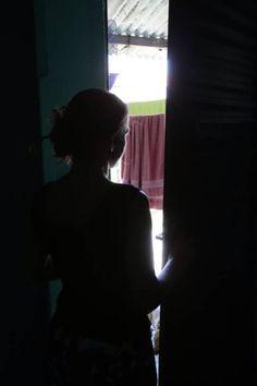 """Há 4 anos, uma vendedora, de 34 anos, moradora do bairro Lagoinha (São Gonçalo, Região Metropolitana RJ) vem sendo vítima de estupros coletivos. Segundo ela, seus algozes são traficantes da área. Já foram quatro episódios. O último aconteceu na madrugada de segunda-feira, quando foi violentada por um grupo de dez homens. A história é tão chocante quanto a forma como foi relatada no B.O.: """"Só gritou porque eles empurraram um galho de árvore em sua bunda"""", entre outras frases impublicáveis."""