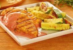 Filé de sobrecoxa de frango com panaché de legumes é saboroso. O detalhe é que o frango fica marinado no vinho branco. Confira a receita!