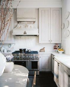 shabby chic armoire de cuisine avec des plaques décoratives super-