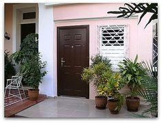 Entrada del apartamento independiente Garage Doors, Outdoor Decor, Home Decor, Havana, Hotels, Apartments, Entryway, Decoration Home, Room Decor