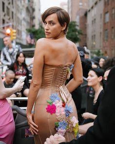 "Moschino on Instagram: ""#Repost @griff ・・・ Irina mama #moschino @voguemagazine ❤️🔥 #irinashayk #metgala @jeremyscott @marc_eram @harryjoshprotools @ttmakarova"" Jeremy Scott, Irina Shayk, Kanye West, Kim Kardashian, Female Models, Moschino, Pop Culture, Strapless Dress, Dresses"