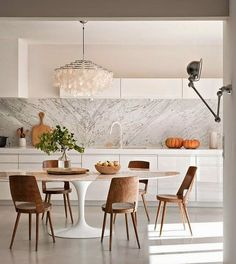 Marble, wood, bright colors and items of design for a kitchen that becomes a pleasure for the eyes!  大理石,木头,明亮的色彩和设计的项目让这个厨房养眼的事物! #marble #wood #design #brightcolors #kitchen #大理石 #木 #设计 #明亮的彩色 #厨房