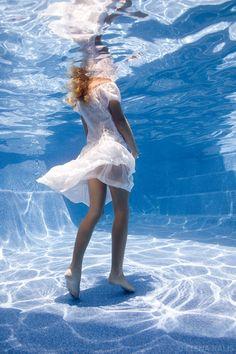 starfetti:  Underwater 3 (via elenakalisphoto)