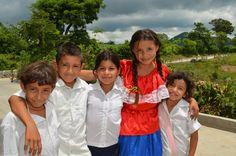 Niños beneficiarios de proyecto vial en San Esteban Catarina, San Vicente
