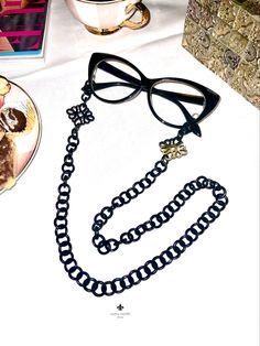 Traumhafte Brillenkette aus dunklem Horn mit verspielten Ornamenten. Ein absolutes Trendaccesoire! Länge ca 75cm. Never lose your glasses again. #romynorth #trends #accessories #hornschmuck #brillenkette Trends, Chain, Jewelry, Ear Jewelry, Stud Earring, Eyeglasses, Ear Piercings, Necklaces, Leather