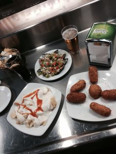 """La mejillonera""  tapas. Patatas bravas, mejillones y croquetas"