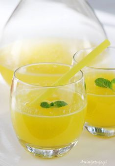 Discover five easy jug cocktails to take the leg-work out of any party. Serve up large-batch cocktails in pitchers with these simple recipes: Smoothie Drinks, Smoothies, Sugar Waxing, Cooking Recipes, Healthy Recipes, Polish Recipes, Food Design, Easy Meals, Cocktails