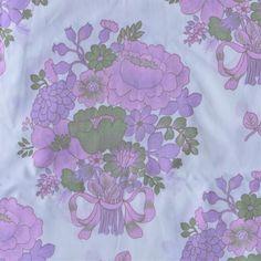 <p>Taie traversin vintage avec un imprimé de bouquets violets, état…