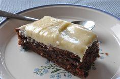 Halløjsa en lækker chokoladekage der blev fremtryllet i sommerhuset i dag. Svampet, blød og lækker og med den lifligste smørcreme på toppen.  Jeg er TOTALT fan af chokoladekager med smørcreme og derfor er denne chokoladeroulade f.eks. også en
