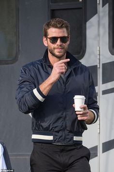 Liam Hemsworth looks sharp on set of TV commercial in Melbourne - Liam Hemsworth has all eyes on him as he steps out to film for TV commercial in Melbourne Liam Hamsworth, Hemsworth Brothers, Boy Celebrities, Its A Mans World, Marvel, Celebrity Dads, Celebrity Style, Ben Affleck, Man Fashion