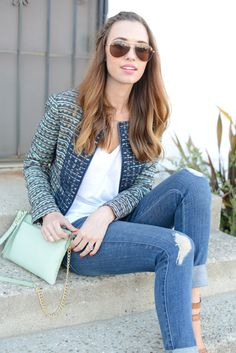 Spring outfit: statement jacket, white shirt, destroyed jeans, mint bag