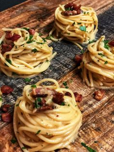 PASTA CARBONARA recipe made easy with step by step instructions. Let's eat Italian tonight! Easy Pasta Recipes, Quick Recipes, Quick Easy Meals, Easy Dinner Recipes, Cooking Recipes, Healthy Recipes, Dinner Ideas, Pasta Carbonara, Sauces