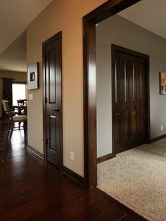 коричневый пол в коридоре