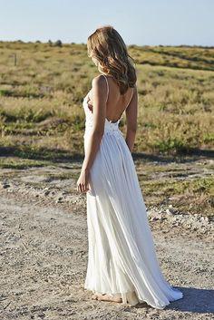 casual beach wedding dress; photo: Kane Skennar via Confetti Daydreams