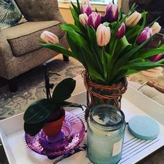 More tulips! #staging #stagingtosell #beachydecor by lulujungers #beachydecor