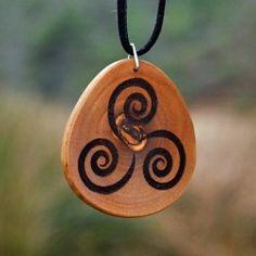 Colgante trisquel trival en madera de olivo