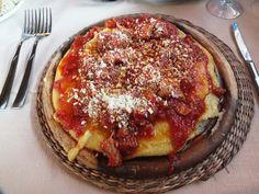 Abruzzo - Polenta con sugo di carne mista e pecorino, accompagnato da un bel bicchiere di vino Montepulciano d'Abruzzo. #pasta, #dolceroma
