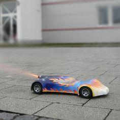 Fauchend und mit Feuerschweif beschleunigt der Raketenantrieb dieses Auto und bringt es dabei auf bis zu 50 km/h. Ist der Treibsatz ausgebrannt, wi...