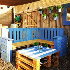 Recycled old pallets to make this little outdoor lounge (sofa and table).…