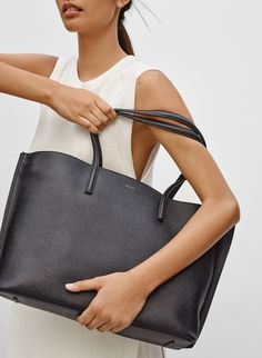 A slick city tote that you'll be more than happy to use on a daily basis