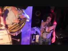 Amy Winehouse feat.Hackney Colliery Band - Valerie - YouTube